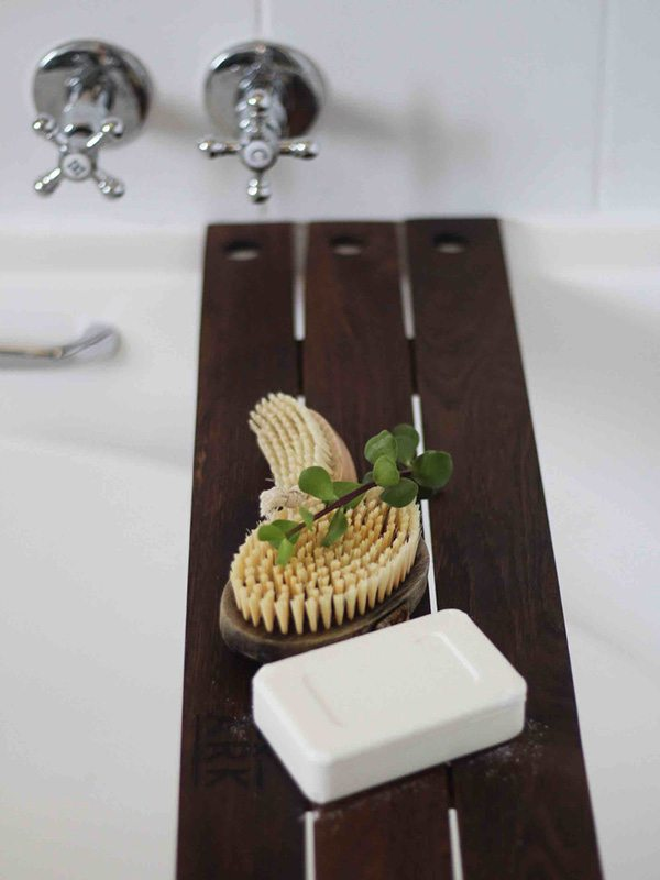 Bathtub wood organiser with soap and brush